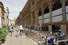 Milan Public University-voorgevel, met sommige studenten Stock Fotografie