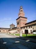 Milan& x27; s Sforza Kasteel in blauwe hemel stock fotografie