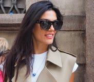 MILAN - SEPTEMBER 21: En trendig kvinna som poserar i gatan för modeshow för ERMANNO SCERVINO, under Milan Fashion Week Royaltyfri Foto