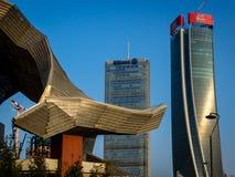 Milan skyskrapa bak den gamla Milan handlar mässan royaltyfri bild