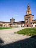 Milan& x27; castello di s Sforza in cielo blu Immagini Stock Libere da Diritti