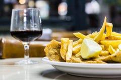 Milanesas lurar farfritas & x28; schnitzel som göras med konötkött och fri Royaltyfria Foton