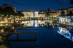Milano bro över darsenaen på natten royaltyfri foto