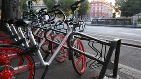 Milano, Cairoli Castello, el 5 de septiembre de 2017 - un estacionamiento de Mobike, la distribución china de la bici de la bici  almacen de video