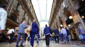 Milano, compratore in galleria commerciale stock footage