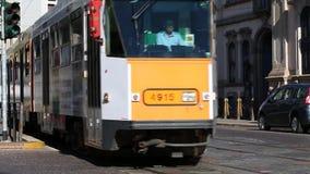 Milano, Corso Magenta, el 5 de septiembre de 2017 - trafique en Milán con la tranvía almacen de metraje de vídeo