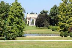Milano, el parco Sempione y el della de Arco establecen el paso imágenes de archivo libres de regalías