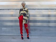 MILANO - 24 FEBBRAIO 2018: Donna asiatica alla moda che posa nella via per i fotografi prima della sfilata di moda di CIVIDINI, d Fotografia Stock Libera da Diritti