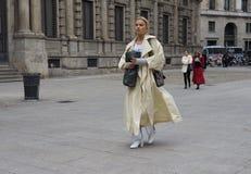 MILANO - 25 FEBBRAIO 2018: Una donna alla moda che cammina per i fotografi nella via prima della sfilata di moda di MSGM, Milano immagini stock