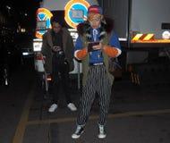 MILANO - 13 gennaio: Un uomo eccentrico che posa nella via dopo la sfilata di moda di VERSACE, durante l'uomo FALL/WINTER di Mila Immagini Stock