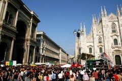Milano, gente en el día italiano de la liberación desfila Imagenes de archivo
