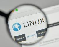 Milano, Italia - 1° novembre 2017: Logo di Linux sul homep del sito Web fotografie stock