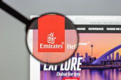 Milano, Italia - 10 agosto 2017: Homepag del sito Web di voli degli emirati Fotografia Stock Libera da Diritti