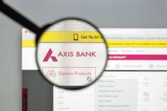 Milano, Italia - 10 agosto 2017: Homepage del sito Web della banca di asse i Fotografie Stock