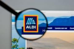 Milano, Italia - 10 agosto 2017: Homepage del sito Web di ALDI È Fotografia Stock