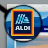 Milano, Italia - 10 agosto 2017: Homepage del sito Web di ALDI È Immagini Stock Libere da Diritti