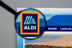 Milano, Italia - 10 agosto 2017: Homepage del sito Web di ALDI È Fotografia Stock Libera da Diritti