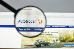 Milano, Italia - 10 agosto 2017: Homepage del sito Web di Autotrader L'IT Fotografia Stock Libera da Diritti