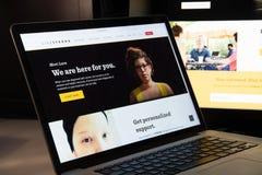 Milano, Italia - 15 agosto 2018: homepage del sito Web di ONG del livestrong fotografie stock libere da diritti