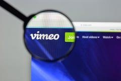 Milano, Italia - 10 agosto 2017: Homepage del sito Web di Vimeo È a Fotografia Stock Libera da Diritti