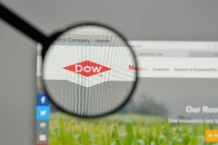 Milano, Italia - 10 agosto 2017: Logo di Dow Chemical sul sito Web immagini stock