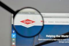 Milano, Italia - 10 agosto 2017: Logo di Dow Chemical sul sito Web fotografia stock libera da diritti