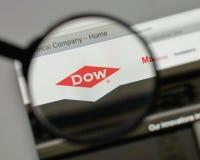 Milano, Italia - 10 agosto 2017: Logo di Dow Chemical sul sito Web fotografie stock libere da diritti