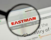 Milano, Italia - 10 agosto 2017: Logo di Eastman Chemical sul web immagine stock
