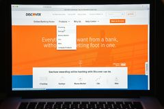 Milano, Italia - 10 agosto 2017: Scopra il homepage del sito Web della banca Immagine Stock