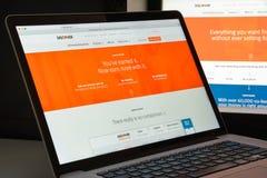 Milano, Italia - 10 agosto 2017: Scopra il homepage del sito Web della banca immagini stock