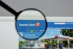 Milano, Italia - 10 agosto 2017: Websit di Couche Tard dell'alimentazione Fotografia Stock Libera da Diritti