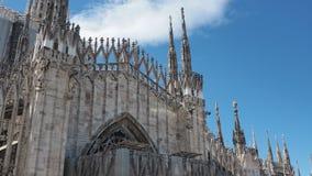 Milano, Italia Andamio para limpiar los chapiteles del m?rmol blanco que adornan la catedral entera metrajes