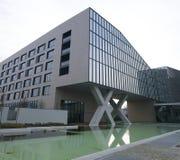 Milano, ITALIA architettura moderna del FEBBRAIO 2019 nel nuovo quadrato Adriano Olivetti nel sud della città, ricostruzione di u immagine stock