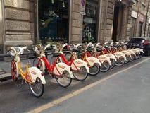 Milano, Italia: Bici che aspettano per essere usato Fotografie Stock Libere da Diritti