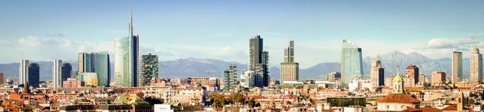 Milano (Italia), collage panoramico dell'orizzonte (alte ricerche) immagini stock libere da diritti