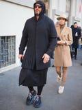 MILANO, Italia: 13 gennaio 2019: Attrezzatura di stile della via di blogger di modo prima della sfilata di moda di JOHN RICHMOND immagini stock libere da diritti