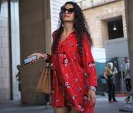 MILANO, ITALIA - 15 GIUGNO 2018: Donna alla moda che cammina nel quadrato del duomo prima della sfilata di moda di ALBERTA FERRET fotografia stock