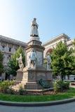 MILANO, ITALIA - 21 giugno 2018: Leonardo Da Vinci Statue a Milano al della Scala della piazza immagine stock libera da diritti