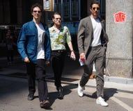 MILANO, ITALIA - 16 GIUGNO 2018: Uomini alla moda che camminano nella via prima della sfilata di moda di MARNI, durante il Milan  immagini stock libere da diritti