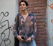 MILANO, ITALIA - 18 GIUGNO 2018: Uomo alla moda che posa nella via prima della sfilata di moda di FENDI fotografia stock libera da diritti