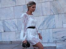 MILANO, ITALIA - 15 GIUGNO 2018: Veronica Ferrero che posa per i fotografi nella via dopo la sfilata di moda di ALBERTA FERRETTI Immagini Stock
