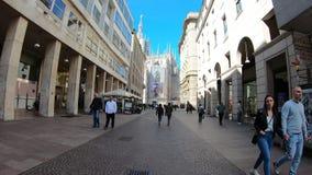 Milano, Italia Iper intervallo che cammina lungo le vie pedonali del centro urbano di Milano fino al duomo stock footage