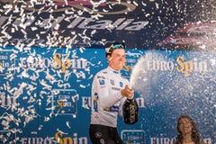 Milano, Italia 28 maggio 2017: Bob Jungels, gruppo rapido di punto, celebra sul podio a Milano la sua vittoria del Jersey bianco Immagini Stock Libere da Diritti