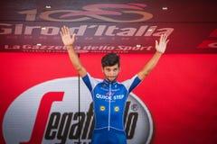 Milano, Italia 28 maggio 2017: Fernando Gaviria, gruppo rapido di punto, celebra sul podio a Milano la sua vittoria del Jersey po Immagini Stock