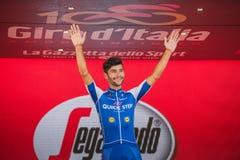 Milano, Italia 28 maggio 2017: Fernando Gaviria, gruppo rapido di punto, celebra sul podio a Milano la sua vittoria del Jersey po Fotografie Stock