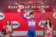 Milano, Italia 28 maggio 2017: Fernando Gaviria, gruppo rapido di punto, celebra sul podio a Milano la sua vittoria del Jersey po Fotografia Stock Libera da Diritti