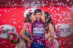 Milano, Italia 28 maggio 2017: Fernando Gaviria, gruppo rapido di punto, celebra sul podio a Milano la sua vittoria del Jersey po Fotografie Stock Libere da Diritti