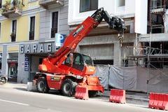 MILANO, ITALIA 25 MAGGIO 2015: Gru di costruzione rossa parcheggiata sul cantiere Immagine Stock Libera da Diritti