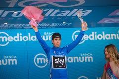 Milano, Italia 28 maggio 2017: Mikel Landa, gruppo del cielo, celebra sul podio a Milano la sua vittoria del Jersey blu Immagine Stock