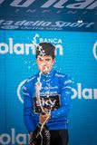 Milano, Italia 28 maggio 2017: Mikel Landa, gruppo del cielo, celebra sul podio a Milano la sua vittoria del Jersey blu Fotografia Stock
